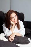Jeune fille triste détendant à la maison Image libre de droits