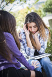 Jeune fille triste soumise à une contrainte de métis soulagé par l'ami Photos libres de droits