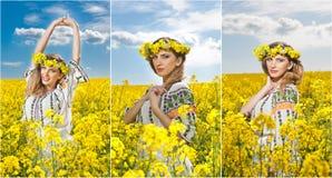Jeune fille utilisant le chemisier traditionnel roumain posant dans le domaine de canola avec le ciel nuageux à l'arrière-plan, t photo stock