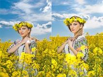 Jeune fille utilisant le chemisier traditionnel roumain posant dans le domaine de canola avec le ciel nuageux à l'arrière-plan, t Photographie stock