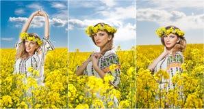 Jeune fille utilisant le chemisier traditionnel roumain posant dans le domaine de canola avec le ciel nuageux à l'arrière-plan, t Photos stock
