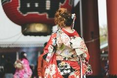 Jeune fille utilisant le kimono japonais se tenant devant le temple de Sensoji à Tokyo, Japon Le kimono est un vêtement tradition photographie stock