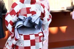 Jeune fille utilisant le kimono japonais se tenant devant le temple de Sensoji à Tokyo, Japon Le kimono est un vêtement tradition image stock