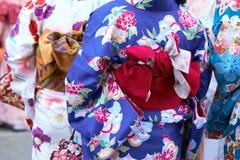 Jeune fille utilisant le kimono japonais se tenant devant le temple de Sensoji à Tokyo, Japon Le kimono est un vêtement tradition photo stock
