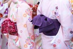 Jeune fille utilisant le kimono japonais se tenant devant le temple de Sensoji à Tokyo, Japon Le kimono est un vêtement tradition images stock