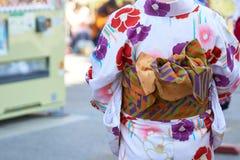Jeune fille utilisant le kimono japonais se tenant devant le temple de Sensoji à Tokyo, Japon Le kimono est un vêtement tradition photo libre de droits