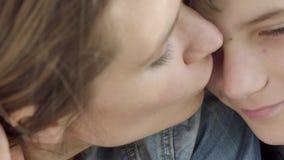 Jeune fils de belle étreinte de mère et l'embrasser pour se fermer  Amour et soin de m?res banque de vidéos