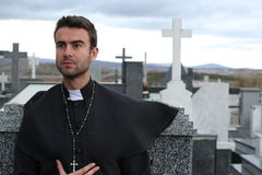 Jeune fin belle de prêtre  photographie stock libre de droits