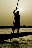 Jeune Fishman au-dessus de pinasse, dans un fleuve Niger. photo libre de droits