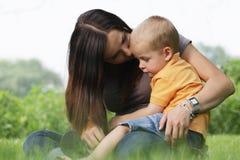 Jeune fixation de mère son petit fils mignon. image stock