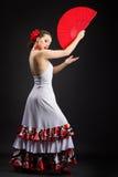 Jeune flamenco espagnol de danse de femme sur le noir Image libre de droits