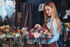 Jeune fleuriste au compteur image libre de droits