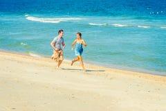 Jeune fonctionnement américain de couples, détendant sur la plage dans nouveau Jers Photo stock