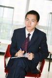 Jeune fonctionnement asiatique dans le bureau Images libres de droits