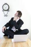 Jeune fonctionnement d'homme d'affaires Photo stock