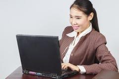Jeune fonctionnement de femme d'affaires Photo libre de droits
