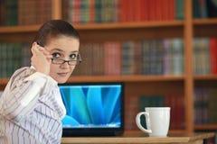Jeune fonctionnement de femme d'affaires    Image stock