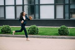jeune fonctionnement de sourire de femme d'affaires à travailler avec du café photos stock