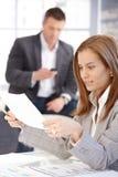 Jeune fonctionnement femelle avec des papiers dans le bureau photo libre de droits