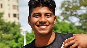 Jeune footballeur masculin hispanique et bonheur photo libre de droits