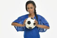 Jeune footballeur renversant d'Afro-américain Photographie stock libre de droits