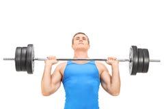 Jeune formation de haltérophile avec un barbell lourd Image stock