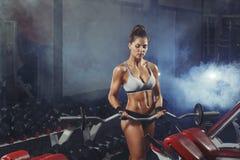 Jeune formation sexy de femme avec le barbell Photo libre de droits