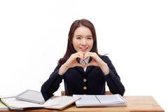Jeune forme asiatique de coeur de geste d'étudiant. Photos libres de droits