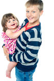 Jeune frère affectueux portant sa soeur Photos stock