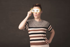 Jeune frais regardant avec les yeux tirés par la main de papier Photographie stock