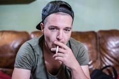 Jeune fumeur de hippie Image stock