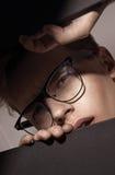 Jeune, futé type regardant par le trou Photographie stock