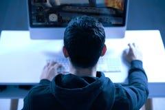 Jeune gamer masculin passant de niveau image libre de droits