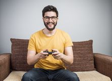 Jeune gamer sur le sofa Image stock