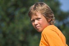 Jeune garçon à l'extérieur photo libre de droits