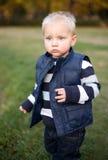 Jeune garçon à l'extérieur en nature. Image stock