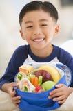 Jeune garçon à l'intérieur avec le déjeuner emballé Photographie stock