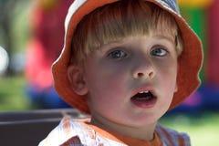 Jeune garçon à la cour de jeu image libre de droits