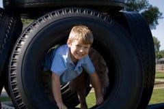 Jeune garçon à la cour de jeu Photographie stock