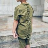 Jeune garçon à la mode portant les caleçons verts de T-shirt et d'été Badine des vêtements d'été de mode de rue photos stock