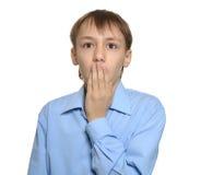 Jeune garçon étonné d'isolement Photographie stock libre de droits