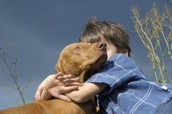 Jeune garçon étreignant le sien aimé Photo libre de droits