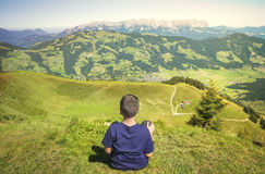 Jeune garçon admirant la nature Photographie stock