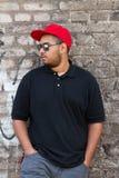 Jeune garçon africain frais dans le chapeau rouge de relance Photos stock