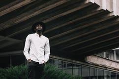 Jeune garçon afro-américain beau dans le chapeau élégant de hippie photographie stock