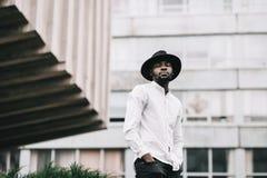 Jeune garçon afro-américain beau dans le chapeau élégant de hippie image stock