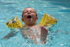 Jeune garçon apprenant à nager Photo stock