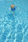 Jeune garçon apprenant à nager dans le regroupement images libres de droits