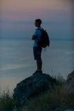 Jeune garçon au coucher du soleil Photos stock