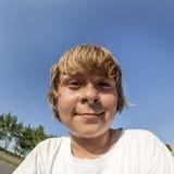Jeune garçon au parc de patin Image stock